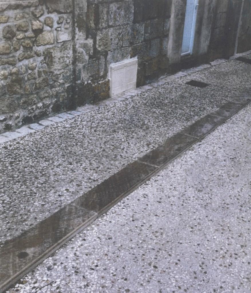 Ici un trottoir de la même hauteur que ceux du projet. Attention, les trottoirs seront en pavés sciés (voir photos précédentes)